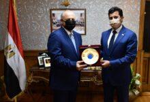 Photo of وزير الرياضة يستقبل هاني أبو ريده ويهديه درع الوزارة تكريما على منصبه الدولى